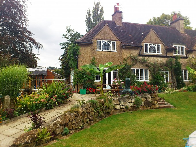 Surrey 2 acres/5 large bedrooms/within M25